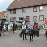 Reitergruppe zu Besuch auf dem Hof